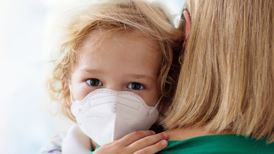 Enfant portant un masque
