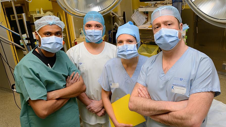 Equipe en salle de chirurgie