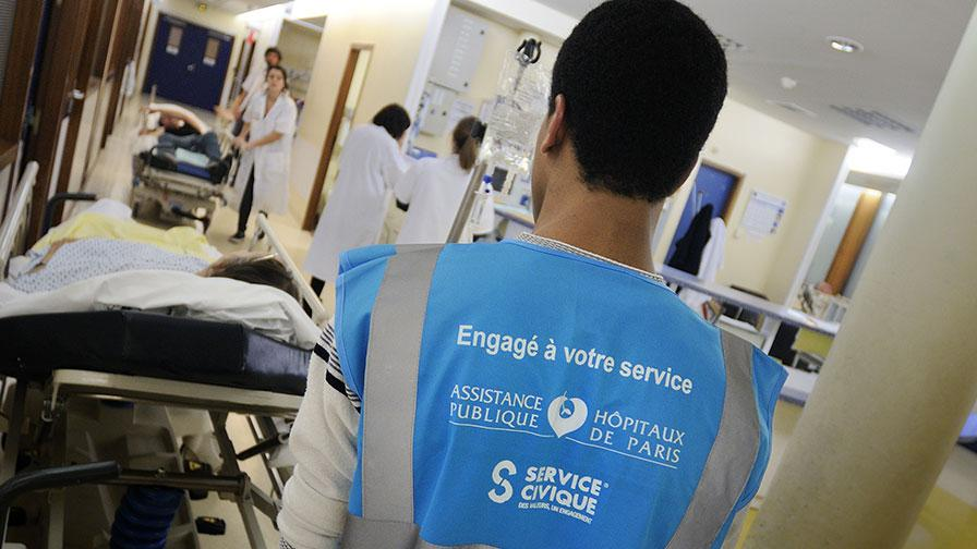 Jeune en service civique dans un hôpital de l'AP-HP