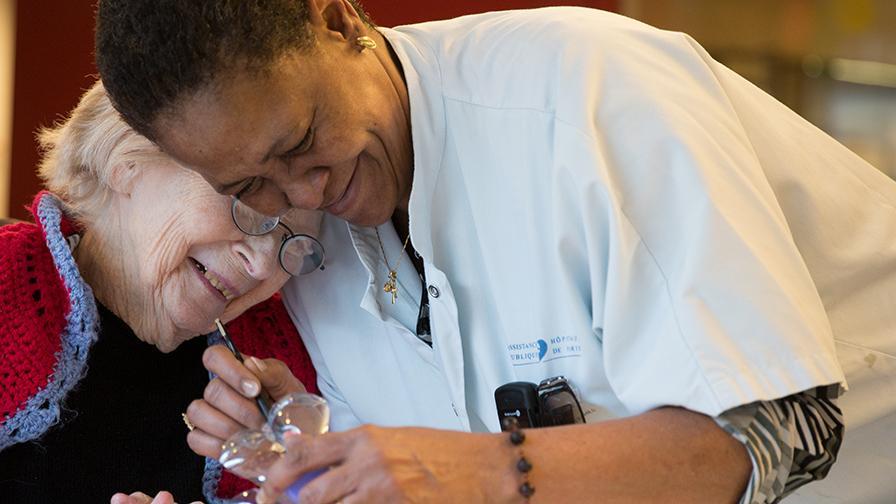 Personne âgée recevant des soins à l'hôpital
